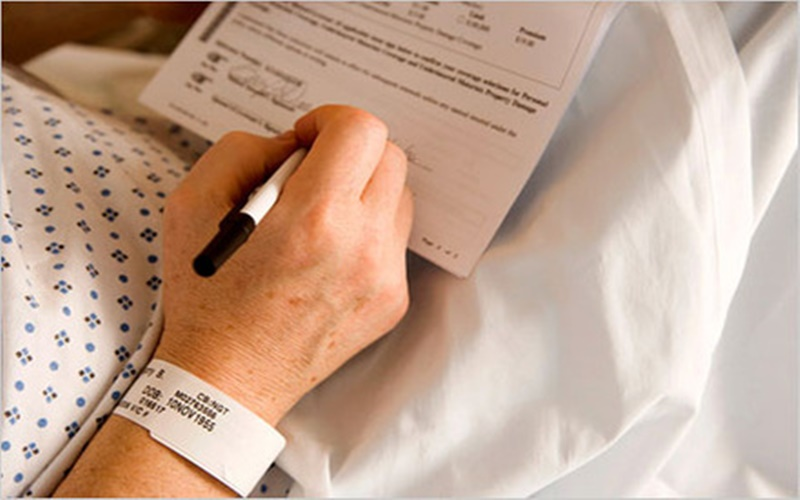 persona in procinto di firmare il testamento biologico