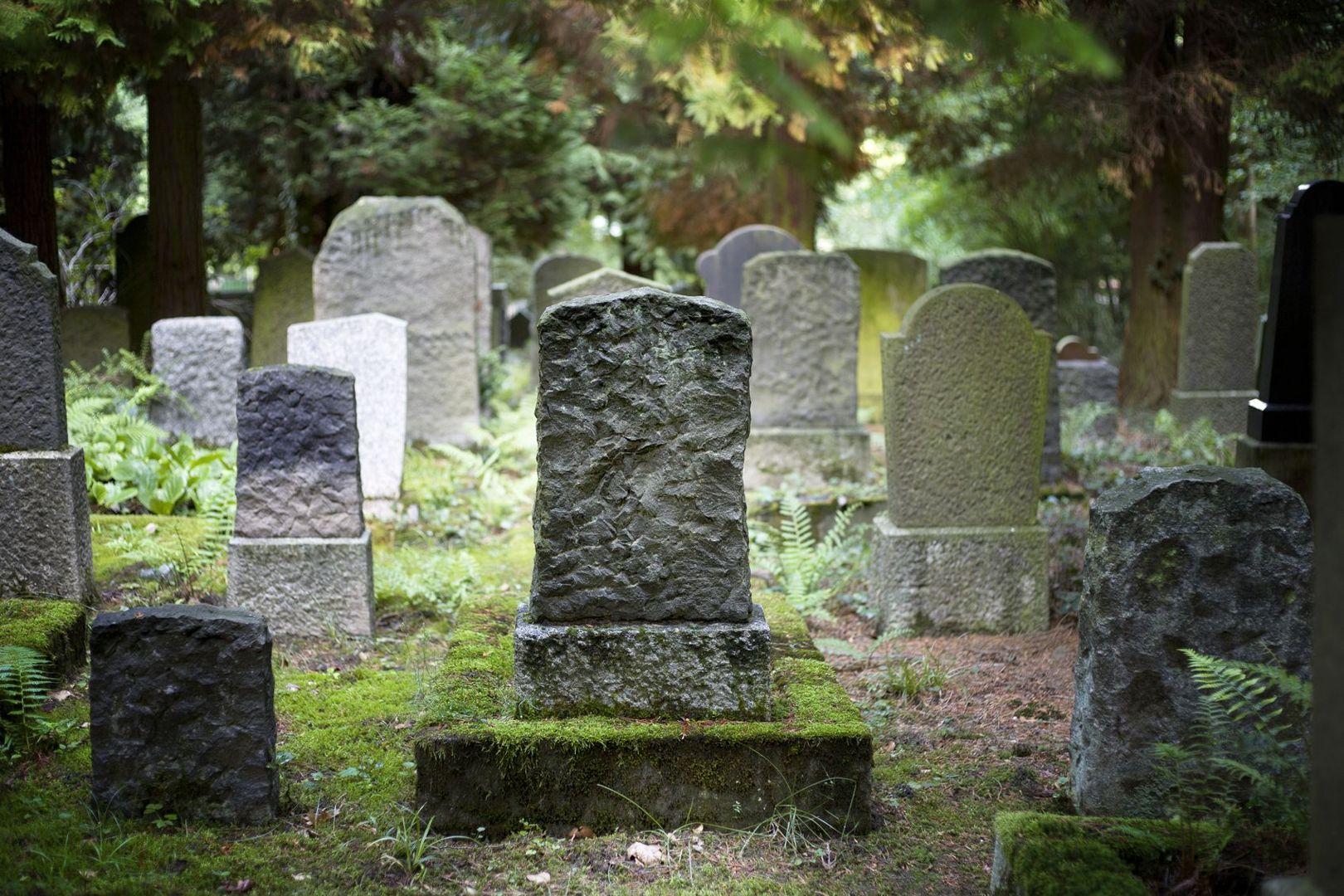 lapide funeraria