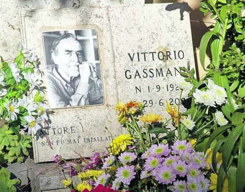 L'immagine della tomba del famose attore  Vittorio Gassman posta al cimitero del Verano